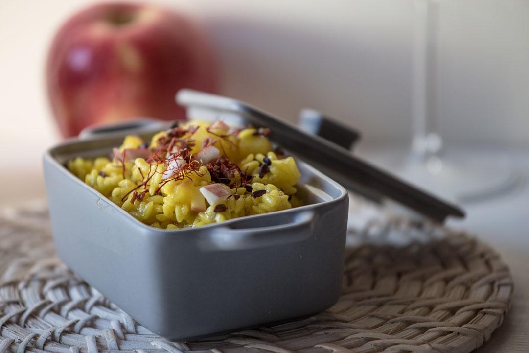 Risotto innamorato allo zafferano con riso Venere, mele e pomodori secchi