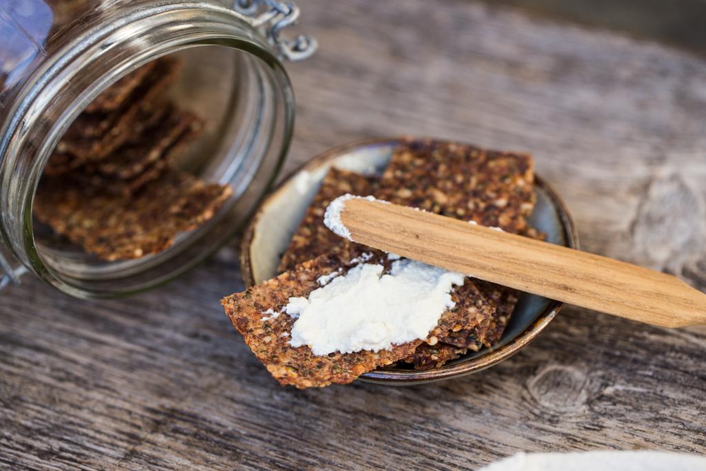 cracker crudisti con semi di lino alla mediterranea