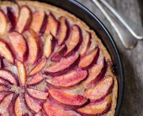 Preparare una buonissima torta frangipane vegan alle pesche non è mai stato così facile